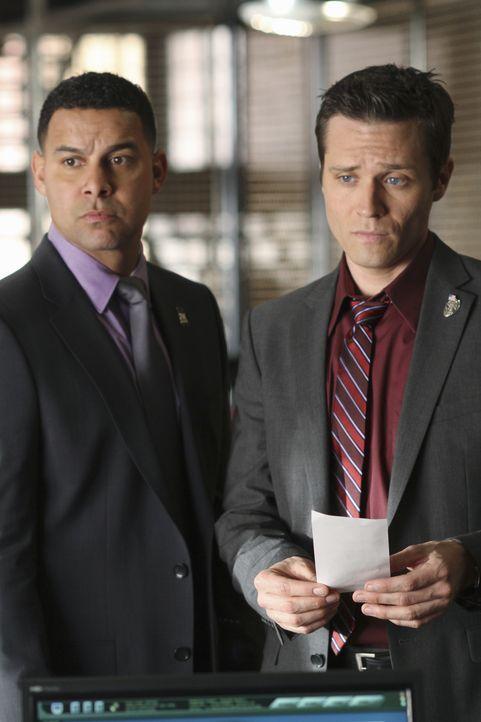 Javier Esposito (Jon Huertas, l.) und Kevin Ryan (Seamus Dever, r.) können Kate Beckett erste Ergebnisse ihrer Ermittlungen vorlegen. - Bildquelle: ABC Studios