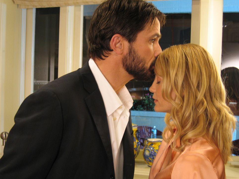 Kirsten (Kelly Rowan, r.) kann Seth, Ryan und Sandy wegen ihrer Arbeit nicht nach Miami begleiten, und muss stattdessen alleine mit ihren Gefühlen... - Bildquelle: Warner Bros. Television