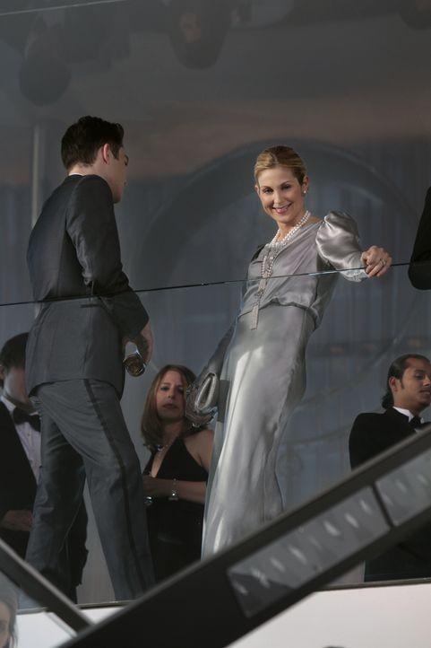 Gemeinsam mit Serena sucht Chuck (Ed Westwick, l.) ein Mittel, um Lily (Kelly Rutherford, r.) unter Druck zu setzen ... - Bildquelle: Warner Bros. Television