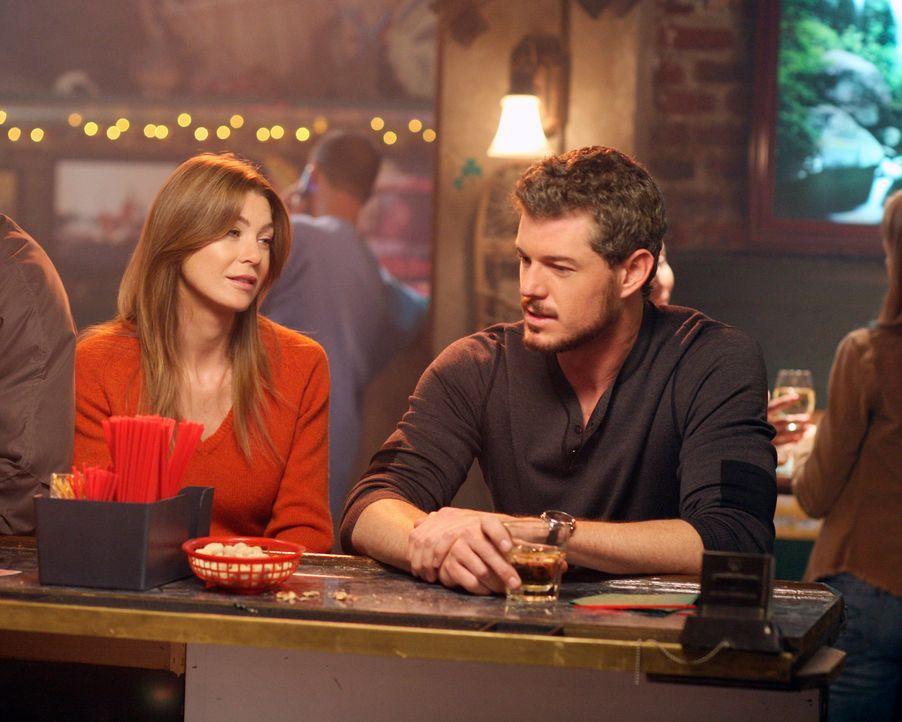 Treffen in einer Bar aufeinander: Mark (Eric Dane, r.) und Meredith (Ellen Pompeo, l.) ... - Bildquelle: Touchstone Television