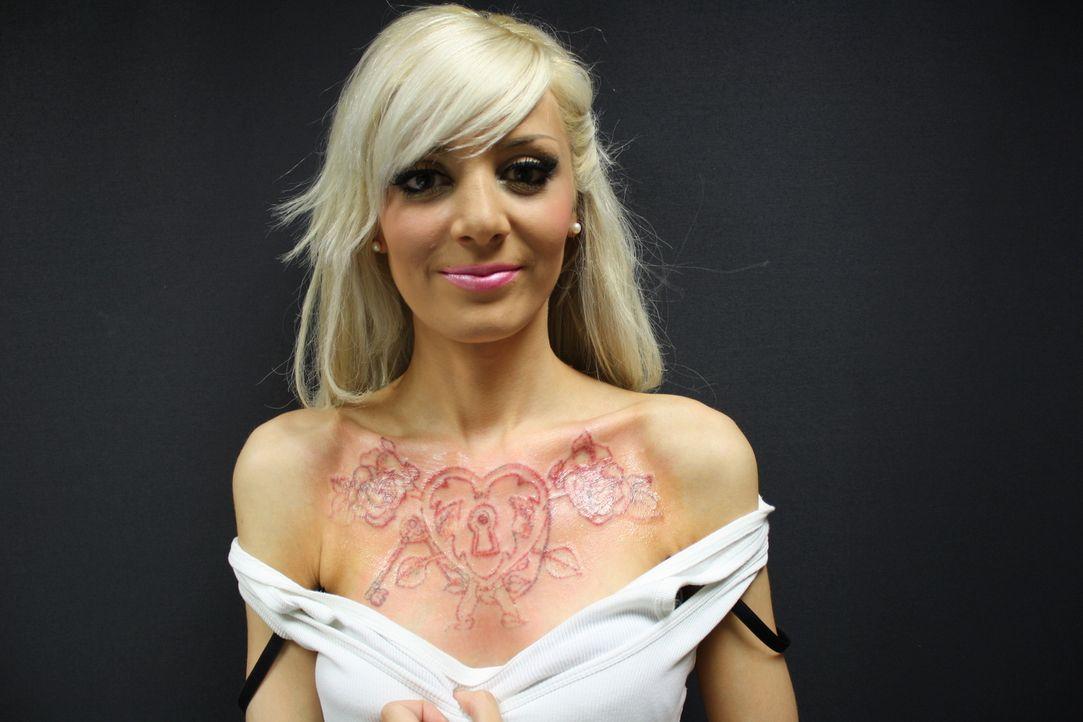 Mit 18 Jahren wollte Merlisa ihren Großeltern eins auswischen und ließ sich ein riesiges Tattoo auf die Brust tätowieren. Heute ist sie Mutter eines... - Bildquelle: Remarkable 2014
