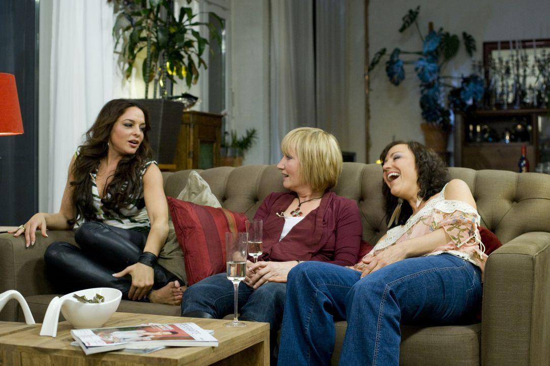 Haben jede Menge Spaß bei ihrem Mädelsabend: Estefania Küster (l.), Evelyn Holst (M.) und Miriam Pielhau (r.) ... - Bildquelle: sixx