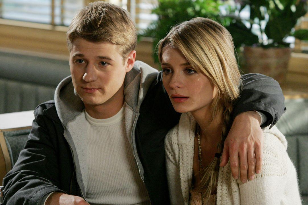 Marissa (Mischa Barton, r.) ist traurig, dass Ryan (Benjamin McKenzie, l.) Newport verlassen möchte ... - Bildquelle: Warner Bros. Television
