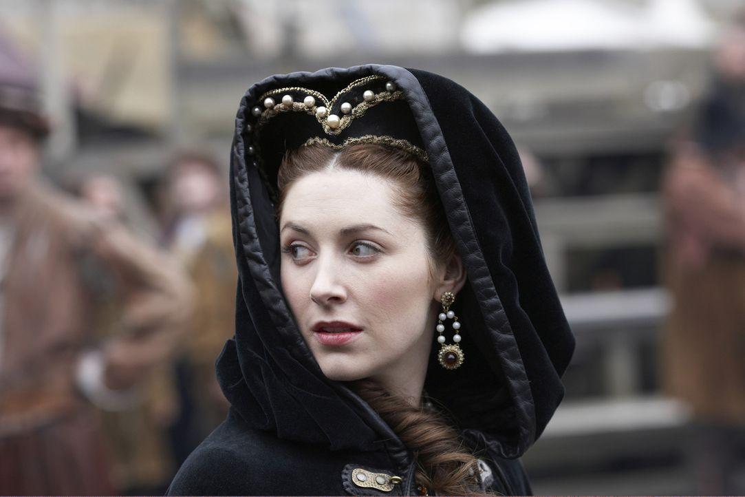 Während Lady Herford (Emma Hamilton) sich dafür einsetzt, dass die Hinrichtung für Anne Askew so schmerzlos wie möglich über die Bühne geht, s... - Bildquelle: 2010 TM Productions Limited/PA Tudors Inc. An Ireland-Canada Co-Production. All Rights Reserved.