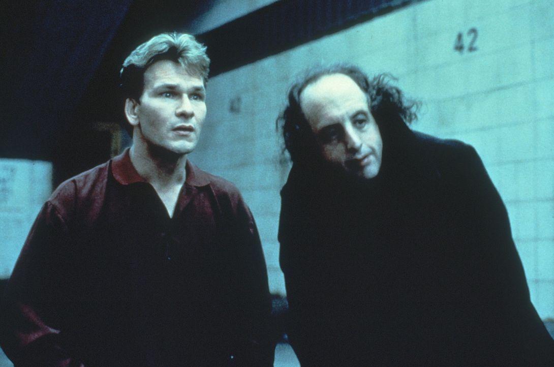Von einem Geister-Kollegen (Vincent Schiavelli, r.) erhält der erst kurz verstorbene Sam (Patrick Swayze, l.) einige nützliche Tipps für sein neu... - Bildquelle: Paramount Pictures