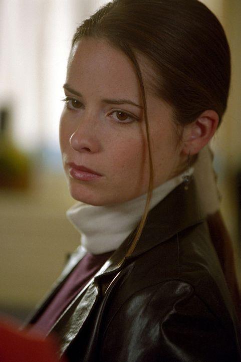 Piper (Holly Marie Combs) muss sich mit der bösen Zauberin auseinandersetzen ... - Bildquelle: Paramount Pictures