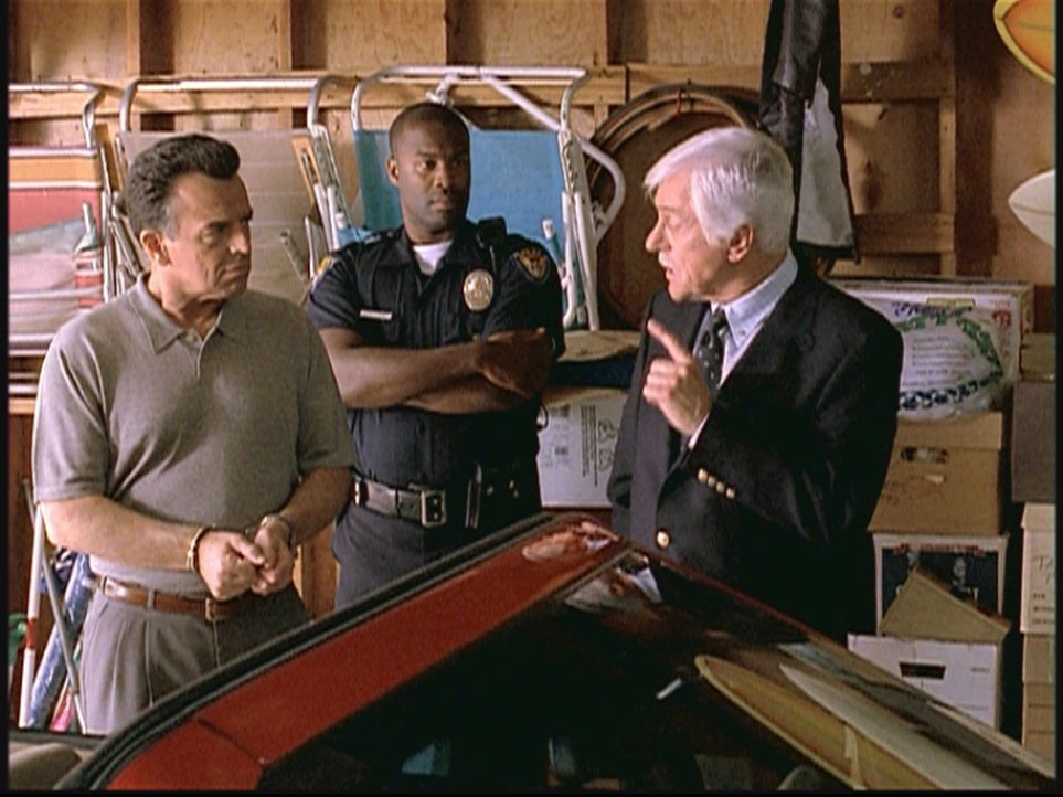 Mark Sloan (Dick Van Dyke, r.) fühlt John (l.), dem Mann einer alten Freundin, auf den Zahn. Er wird verdächtigt, seinen Nachbarn umgebracht zu ha... - Bildquelle: Viacom
