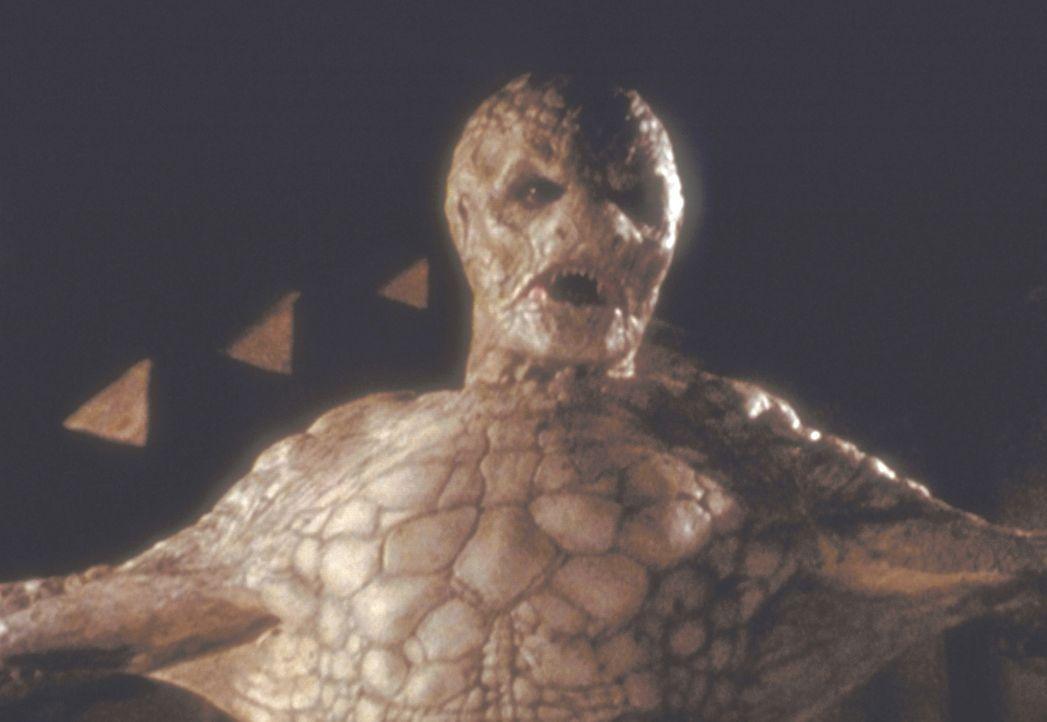 Machida (Robin Atkin Downes) ist der dunkle Herr des studentischen Geheimbundes und sorgt für Wohlstand und Reichtum seiner Jünger. - Bildquelle: Der Schlangenmensch Machida (Robin Atkin Downes, r.) erklärt Buffy (Sarah Michelle Gellar, l.), dass sie sein nächstes Opfer sein wird …