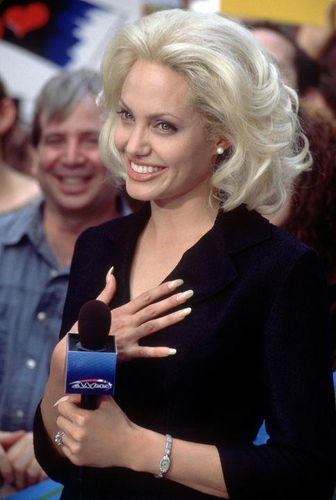 Eines Tages macht die erfolgsverwöhnte Moderatorin Lanie Kerrigan (Angelina Jolie) im Rahmen einer Reportage die Bekanntschaft des Straßenpropheten... - Bildquelle: 2002 Twentieth Century Fox Film Corporation. All rights reserved.