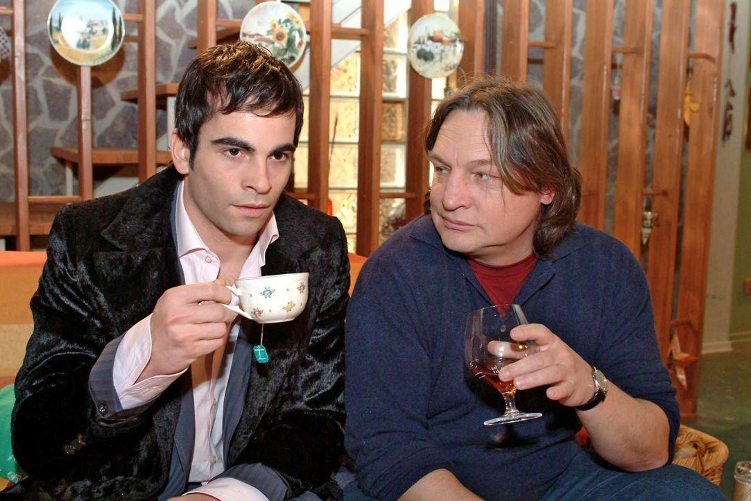 Lisas Vater Bernd (Volker Herold, r.) versucht mit David (Mathis Künzler, l.) ein Gespräch unter Männern zu führen, um herauszufinden, warum sei... - Bildquelle: Sat.1