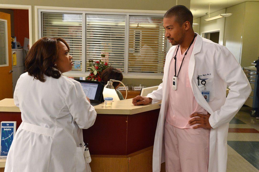 Dr. Jason Myers (Charles Michael Davis, r.) werden fiese Streiche gespielt. Dr. Miranda Bailey (Chandra Wilson, l.) findet das jedoch gar nicht komi... - Bildquelle: ABC Studios