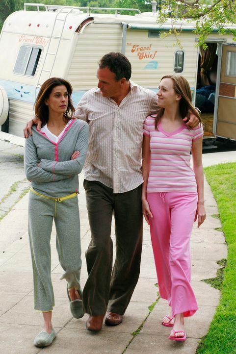 Nachdem ihr Haus abgebrannt ist, zieht Susan (Teri Hatcher, l.) mit ihrer Tochter Julie (Andrea Bowen, r.) in einen Wohnwagen, um ihre Selbstständig... - Bildquelle: 2005 Touchstone Television  All Rights Reserved