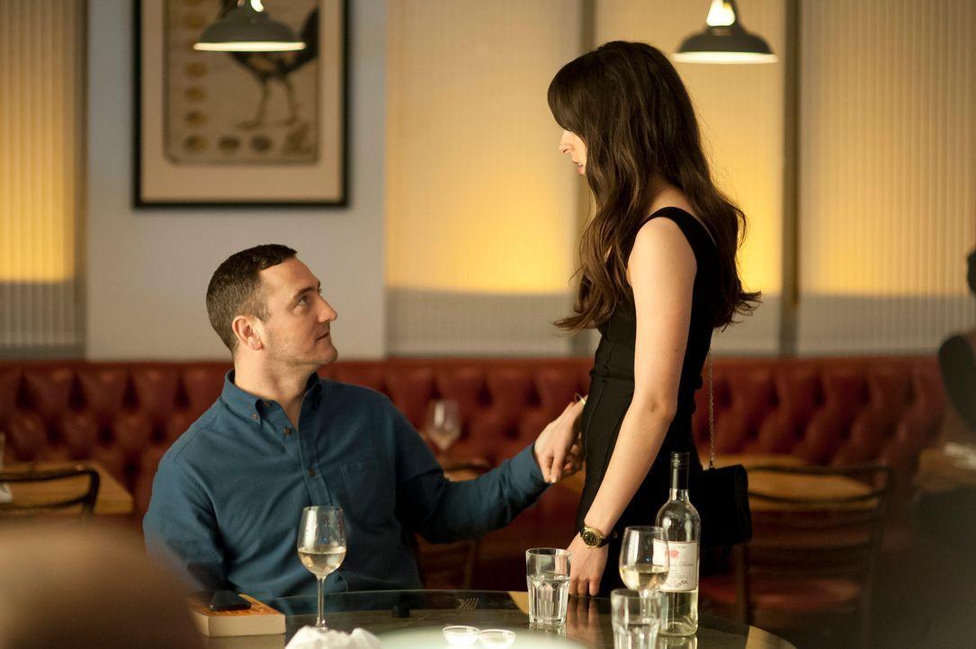 Kommen sich David (Will Mellor, l.) und Mia (Oona Chaplin, r.) bei ihrem ersten Date näher?