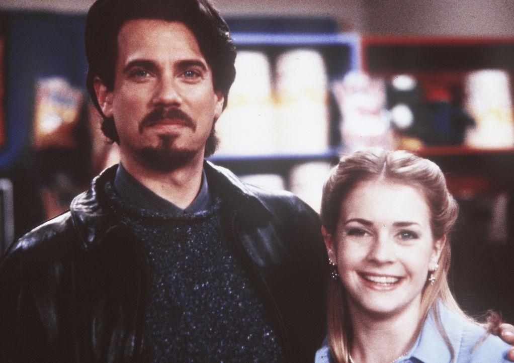 Sabrina (Melissa Joan Hart, r.) bekommt Besuch von ihrem Vater Edward (Robby Benson, l.), doch er kommt diesmal nicht allein ... - Bildquelle: Paramount