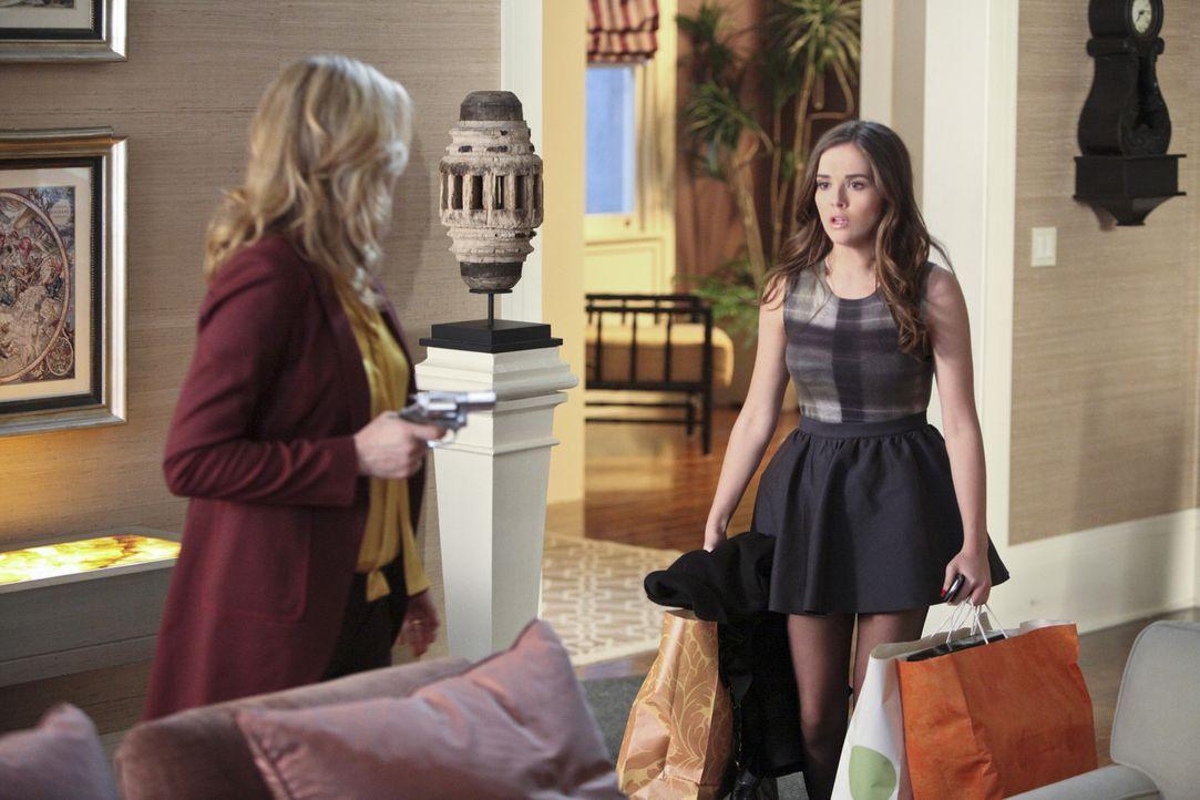 Juliet (Zoey Deutch, r.) versteht die Welt nicht mehr, als sie ihrer Mutter (Andrea Roth, r.), die Bridget und Andrew mit der Waffe bedroht, gegenü... - Bildquelle: 2011 THE CW NETWORK, LLC. ALL RIGHTS RESERVED