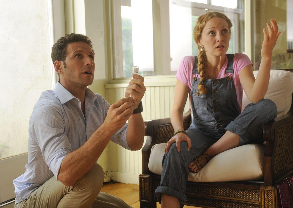 Während sich Hank (Mark Feuerstein, l.) um einen gruseligen Hautausschlag bei Kate (Jennifer Ferrin, r.) kümmern muss, hofft sein Vater, auf Bewähru... - Bildquelle: Barbara Nitke 2011 Open 4 Business Productions, LLC. All Rights Reserved.