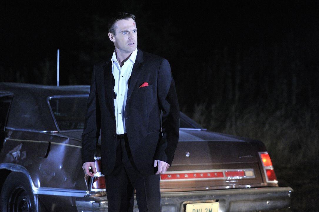 Um aus seinem Koma erwachen zu können, muss sich Charlie (Michael Shanks) mit seiner Vergangenheit auseinandersetzen. - Bildquelle: 2013 NBC Studios, LLC