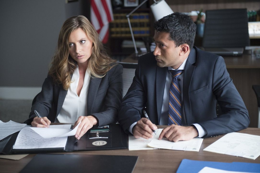 Bei ihren Nachforschungen bezüglich dem Boss der Utopiumdealer müssen Peyton (Aly Michalka, l.) und ihr Kollege (Gayan Dias, r.) feststellen, dass i... - Bildquelle: 2014 Warner Brothers