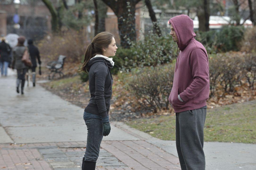 Soll Catherine (Kristin Kreuk, l.) Vincent (Jay Ryan, r.) erzählen, dass die Drogenfahndung hinter seiner ehemaligen Verlobten her ist? - Bildquelle: 2013 The CW Network. All Rights Reserved.