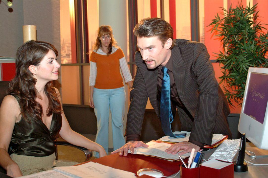 Lisa (Alexandra Neldel, M.) bekommt mit, wie Richard (Karim Köster, r.) gegenüber Mariella (Bianca Hein, l.) seinem Ärger Luft macht. (Dieses Foto v... - Bildquelle: Monika Schürle SAT.1 / Monika Schürle