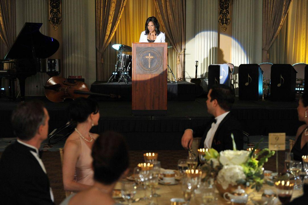 Auf einem Ball des St. Ambrose wird William White als Mann des Jahres ausgezeichnet; Naomi (Audra McDonald) hält die Laudatio für ihn ... - Bildquelle: ABC Studios