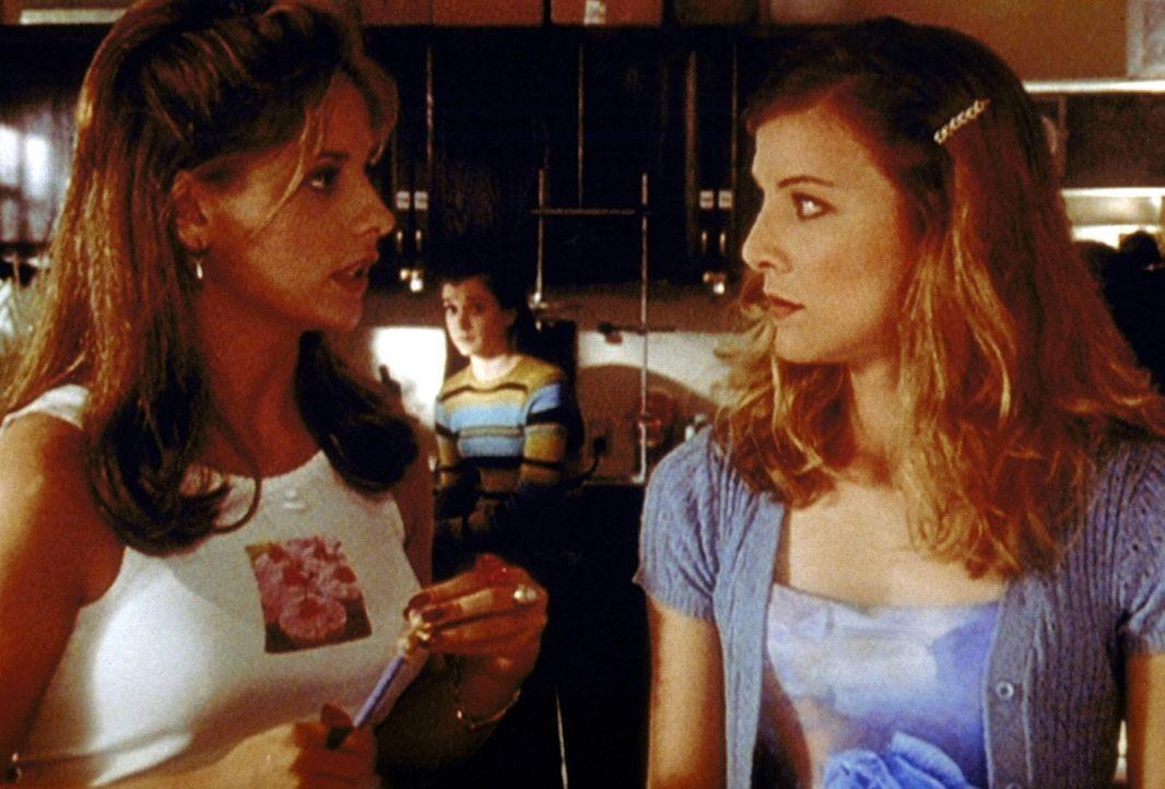 Buffy (Sarah Michelle Gellar, l.) möchte herausfinden, ob ihre Schulkameradin Amy (Elizabeth Anne Allen, r.) eine Hexe ist. - Bildquelle: TM +   2000 Twentieth Century Fox Film Corporation. All Rights Reserved.