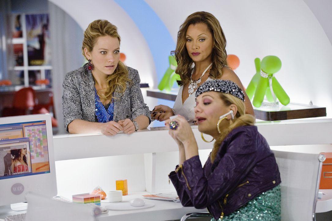 Amanda (Becki Newton, l.) stellt Helen (Kristen Johnston, vorne) wieder ein, doch Wilhelmina (Vanessa Williams, r.) will sie schon bald zwingen, sie... - Bildquelle: David Giesbrecht 2009 American Broadcasting Companies, Inc. All rights reserved.