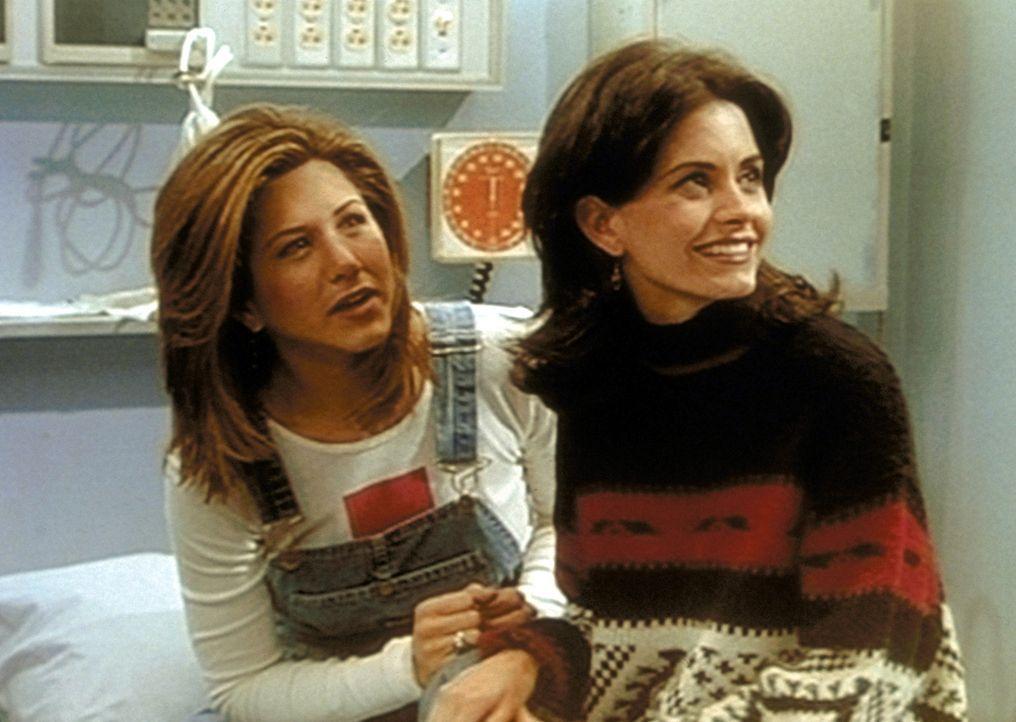 Monica (Courteney Cox, r.) begleitet Rachel (Jennifer Aniston, l.), die sich am Fuß verletzt hat, in die Klinik. - Bildquelle: TM+  2000 WARNER BROS.