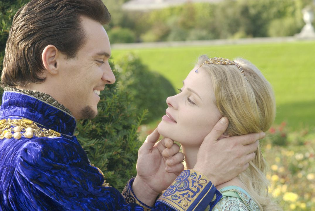 Während Anne in Haft sitzt und um ihr Leben fürchtet, macht der König (Jonathan Rhys Meyers, l.) Jane Seymour (Anita Briem, r.) einen Heiratsantrag... - Bildquelle: 2008 TM Productions Limited and PA Tudors II Inc. All Rights Reserved.
