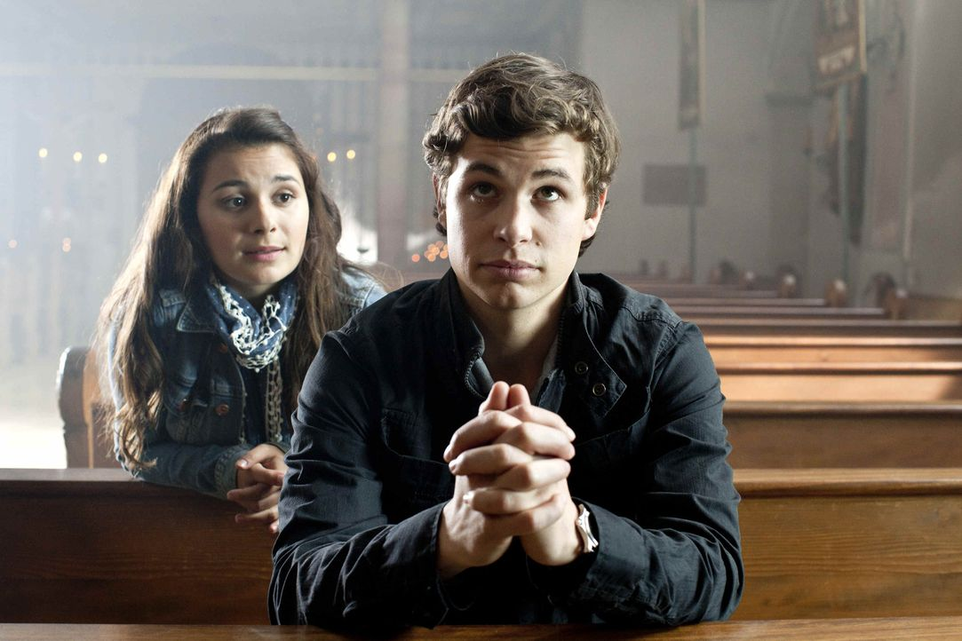 Der 17jährige Laurin (Emil Reinke, r.) ist überzeugt davon, dass Sex nur Probleme mit sich bringt und will möglichst bald ins katholische Prieste... - Bildquelle: Oliver Vaccaro SAT.1