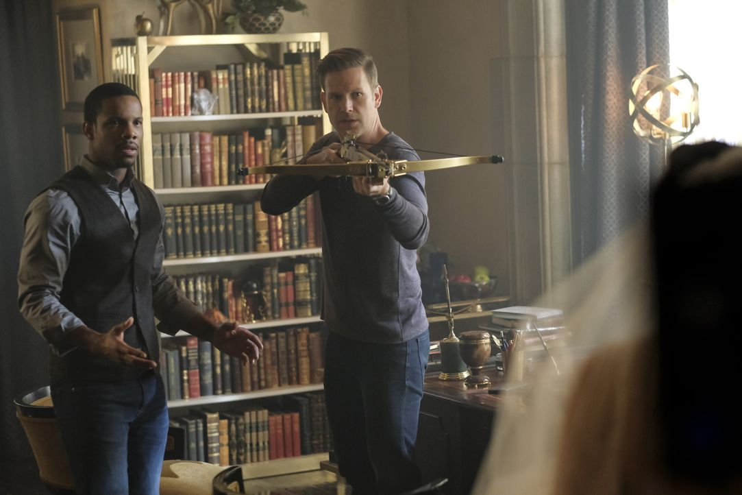 Dorian Williams (Demetrius Bridges, l.): Alaric Saltzman (Matt Davis, r.) - Bildquelle: Mark Hill 2018 The CW Network, LLC. All rights reserved. / Mark Hill