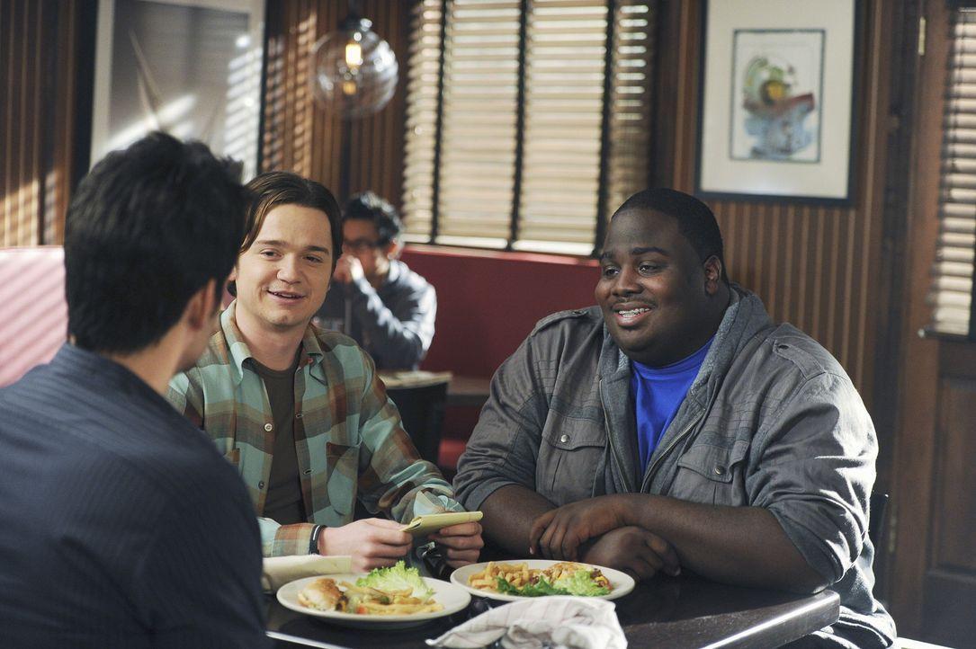 Grayson (Josh Hopkins, l.) versucht von Travis (Dan Byrd, M.) und Kevin (LaMarcus Tinker, r.) herauszubekommen, wie Travis Kirsten davon abhalten m - Bildquelle: 2010 ABC INC.