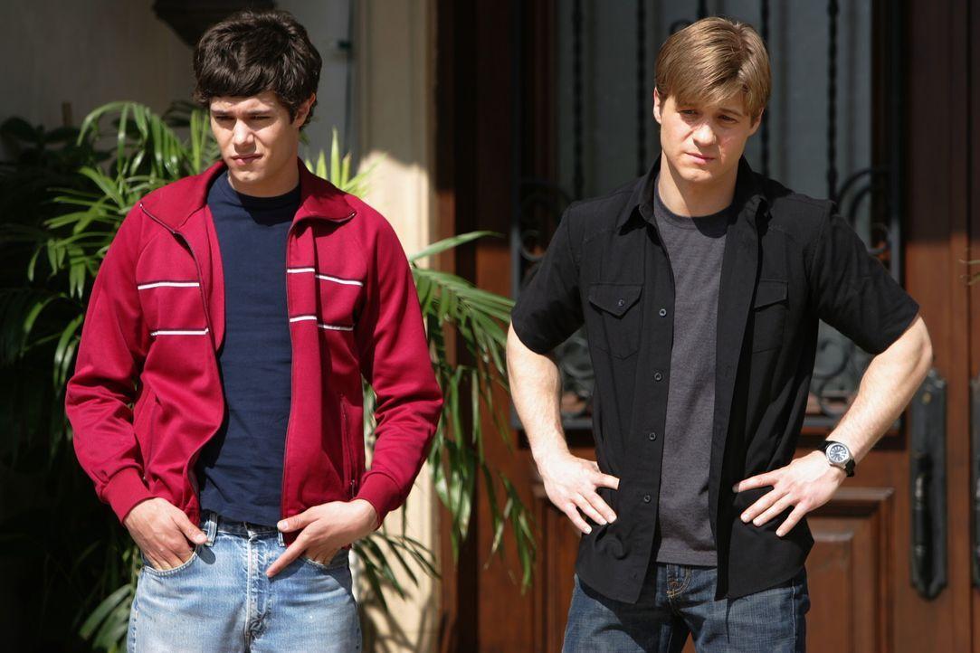 Nachdem Summer Marissa das schreckliche Geheimnis entlockt hat, vertraut sie sich Seth (Adam Brody, l.) an, der wiederum klärt Ryan (Benjamin McKen... - Bildquelle: Warner Bros. Television