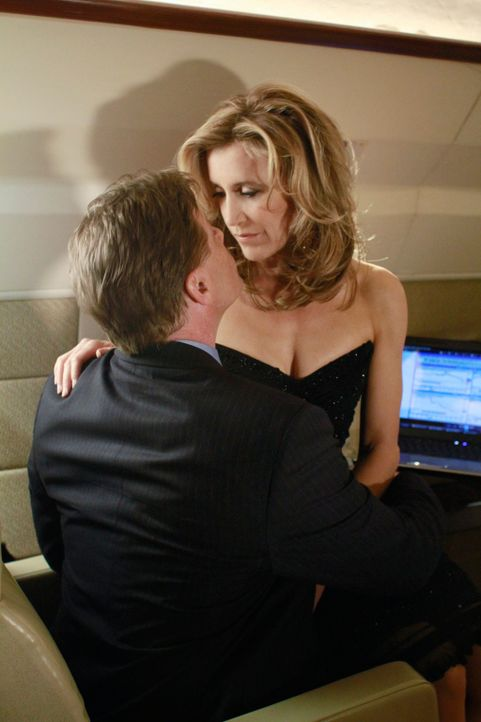 Tom (Doug Savant, l.) erhält einen Bonus von seiner neuen Firma und Lynette (Felicity Huffman, r.) will gleich alles ausgeben - für sich. Doch sie m... - Bildquelle: ABC Studios