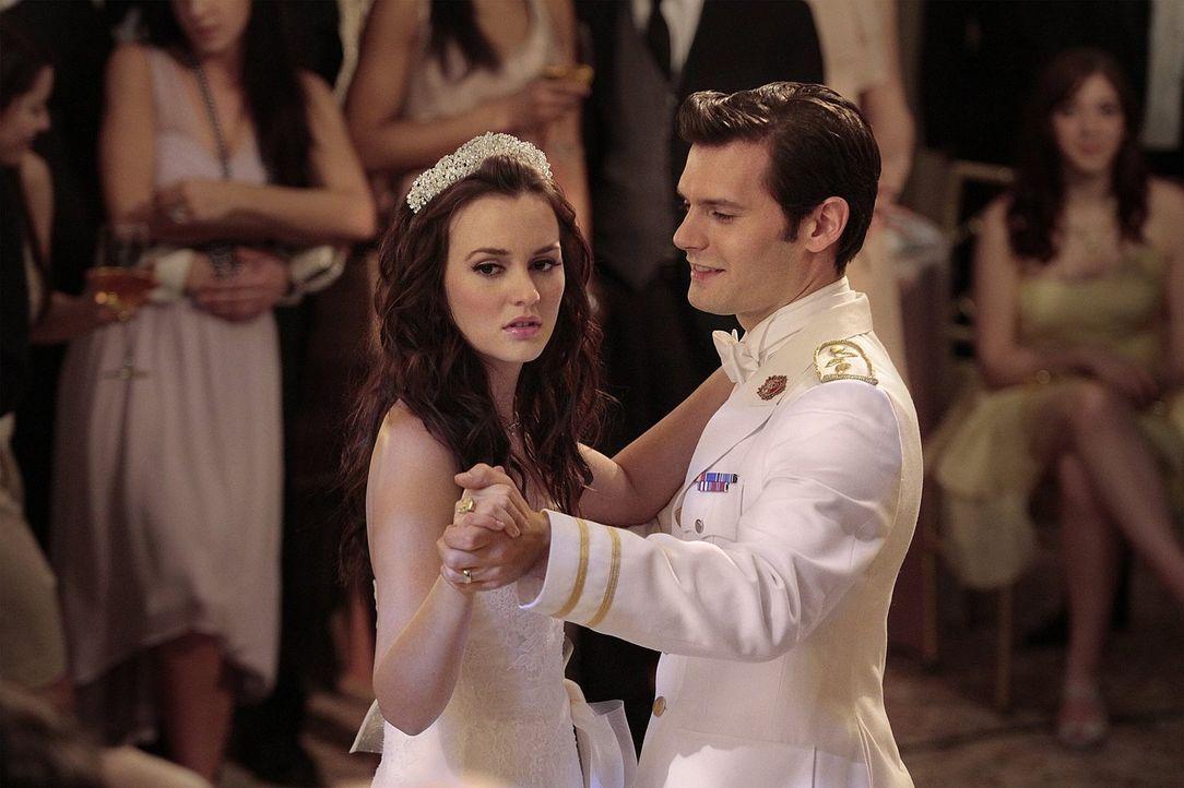 Während Chuck damit ringt, dass Blair (Leighton Meester, l.) im Begriff ist Prinz Louis (Hugo Becker, r.) zu heiraten, kehrt Georgina mit einem geme... - Bildquelle: Warner Bros. Television
