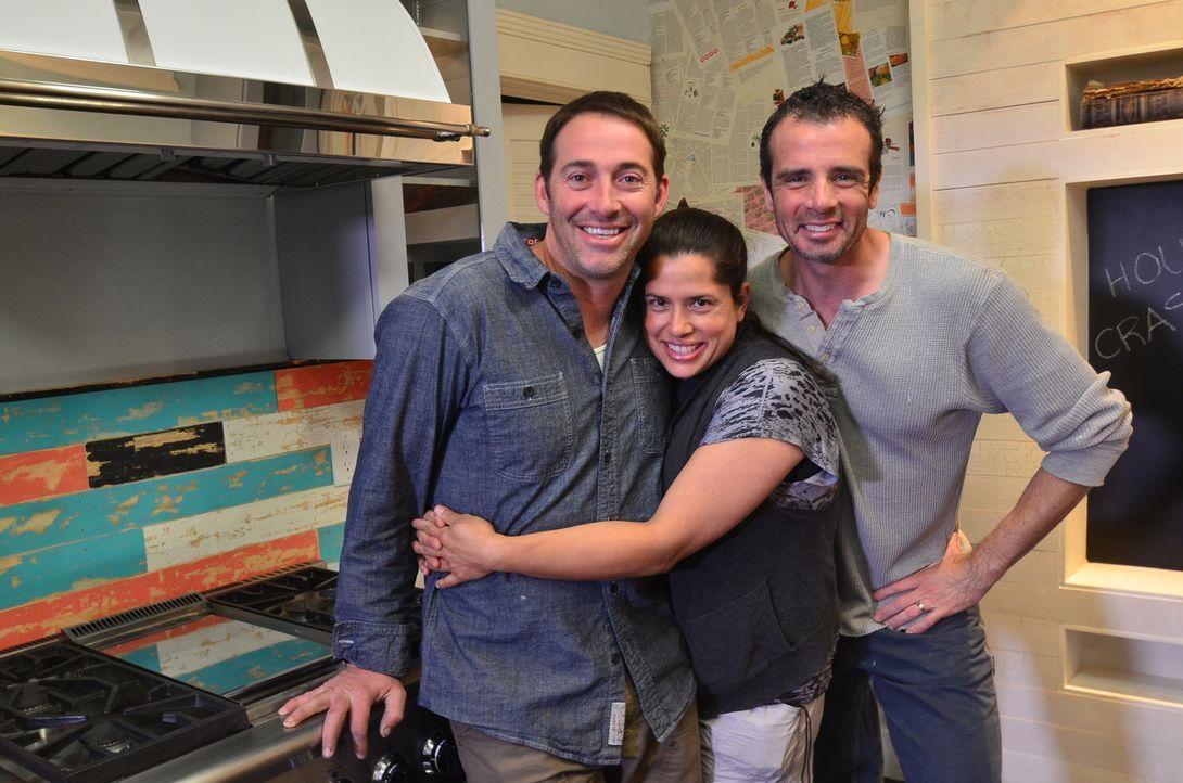 Michelle Orrego (M.) und Michael Cisneros (r.) können ihr Glück kaum fassen: Josh Temple (l.) wird ihre ziemlich veraltete Küche neu gestalten ... - Bildquelle: 2012, DIY Network/Scripps Networks, LLC.  All Rights Reserved