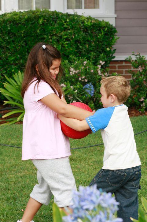 Gabys Tochter Juanita (Madison De La Garza, l.) entwickelt sich zum Raufbold und ärgert Susans Sohn M.J. (Mason Vale Cotton, r.), was zu einem Strei... - Bildquelle: ABC Studios