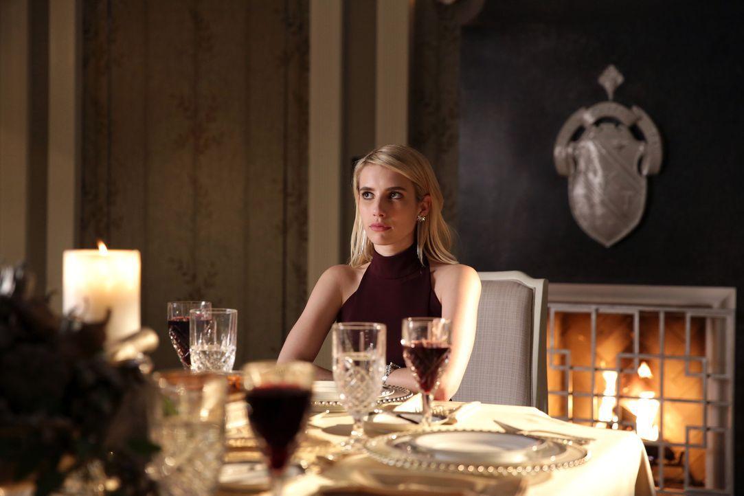 Das Dinner bei den Radwells verläuft für Chanel (Emma Roberts) anders, als gehofft - vor allem, als ein unerwarteter Gast auftaucht ... - Bildquelle: 2015 Fox and its related entities.  All rights reserved.