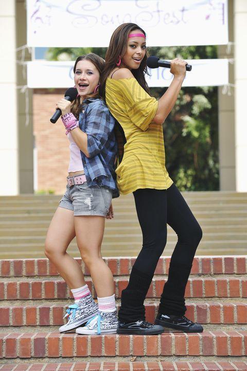 Können Ashleigh Howard (Amber Stevens, r.) und Abby (Olesya Rulin, l.) die Jury von sich überzeugen? - Bildquelle: 2010 Disney Enterprises, Inc. All rights reserved.