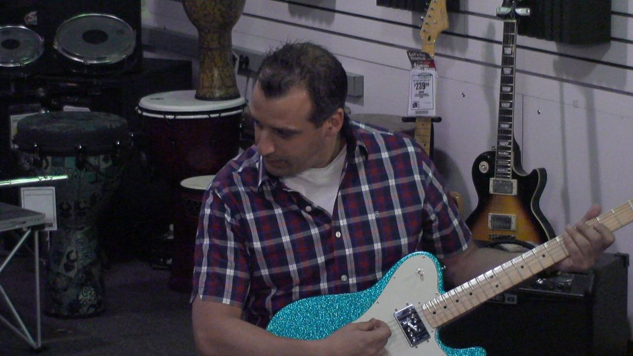 Schlummert vielleicht doch ein Musiker in Joe? - Bildquelle: 2014 Warner Bros.