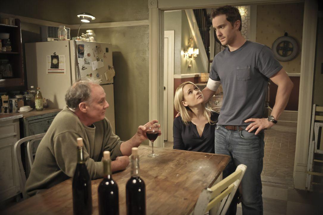 Während Sallys Zerfall immer drastischer wird, trifft Nora (Kristen Hager, M.) auf den Werwolf Pete (Ron Lea, l.), der einige Tipps für sie und Josh... - Bildquelle: Phillipe Bosse 2013 B.H. 2 Productions (Muse) Inc. ALL RIGHTS RESERVED.