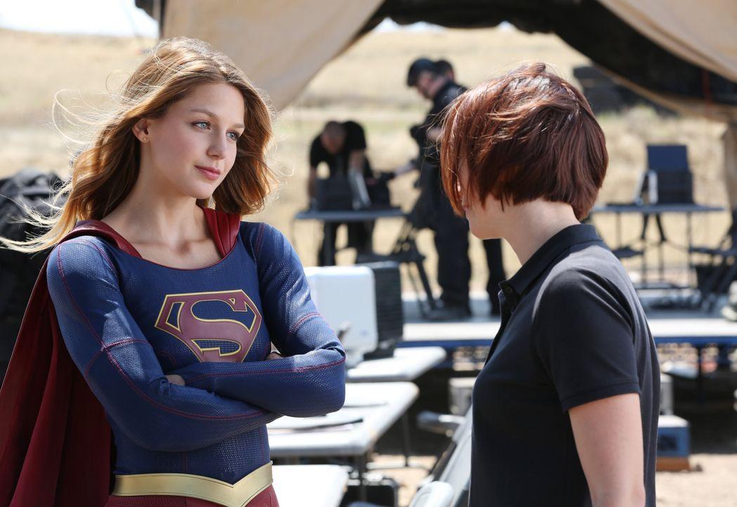 Kara (Melissa Benoist, l.) ist noch etwas unsicher, was ihr Dasein als Superheldin angeht, doch Alex (Chyler Leigh, r.) erlaubt ihrer Schwester kein... - Bildquelle: 2015 Warner Bros. Entertainment, Inc.