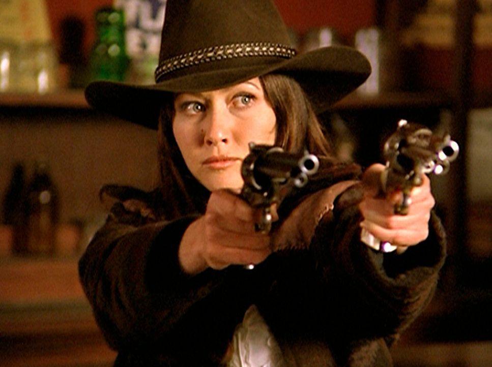 Cole bringt Prue (Shannen Doherty) in die alte Wild-West-Stadt, um hinter das Rätsel des Fluchs zu kommen. - Bildquelle: Paramount Pictures