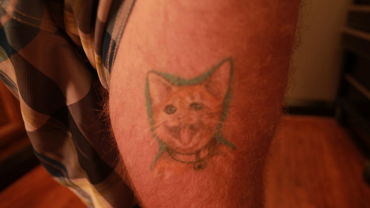 Zwei Kumpels haben eine Wette am Laufen, wer das schlimmste Tattoo vorzeigen kann. Doch eine Auswahl zu treffen und einen Gewinner zu küren, fällt b... - Bildquelle: 2013 A+E Networks, LLC