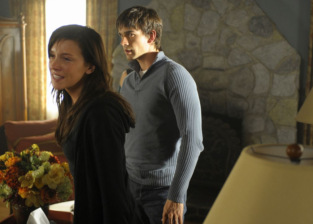 Vor wenigen Stunden war sie noch so glücklich: Trish (Katie Cassidy, l.) wurde Zeugin, wie ihr Vater ums Leben kam. Henry (Christopher Gorham, r.)... - Bildquelle: 2009 CBS Studios Inc. All Rights Reserved.