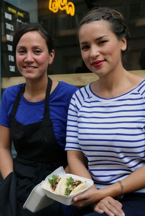 """Lisa (l.) von """"Yum Buns"""" zeigt Rachel Khoo (r.) eine andere Version des Fast Food ... - Bildquelle: Richard Hill BBC 2013"""