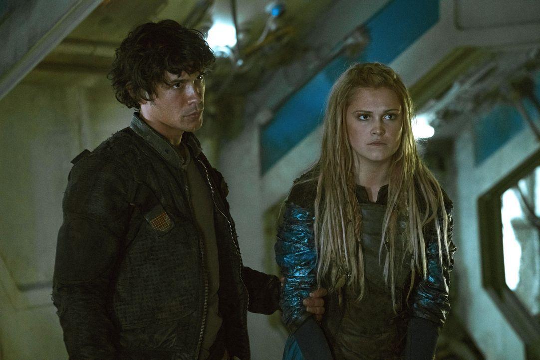 Voller guter Hoffnungen für die Zukunft kehrt Clarke (Eliza Taylor, r.) ins Camp zurück und muss erkennen, dass sich in Arkadia einiges verändert ha... - Bildquelle: 2014 Warner Brothers