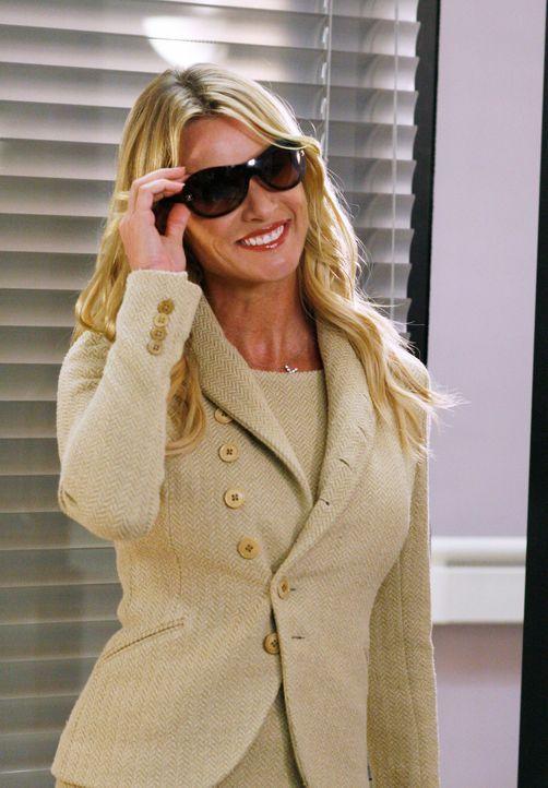 Edie (Nicolette Sheridan) hat sich für Mike in Schale geworfen, wodurch sie bei ihm Erinnerungen an die Vergangenheit hervorruft ... - Bildquelle: 2005 Touchstone Television  All Rights Reserved