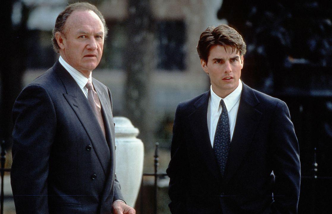 Der äußerst engagierte Anwalt, Avery Tolar (Gene Hackman, l.), kann die Augen nicht von Mitch McDeeres (Tom Cruise, r.) hübscher Frau lassen. Ob... - Bildquelle: Paramount Pictures