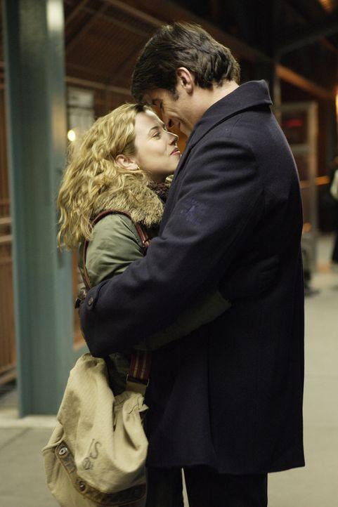 Nach einem sinnlosen Streit finden Luka (Goran Visnjic, r.) und Sam (Linda Cardellini, l.) wieder zueinander ... - Bildquelle: WARNER BROS